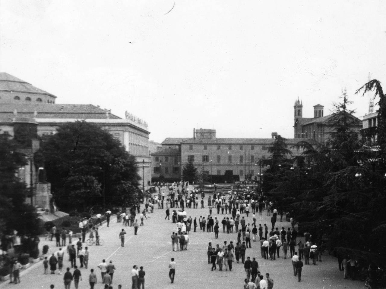 7 luglio 60 folla piazza