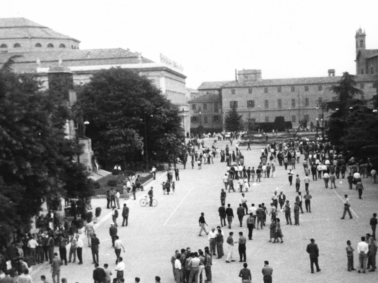 7 luglio 60 persone piazza