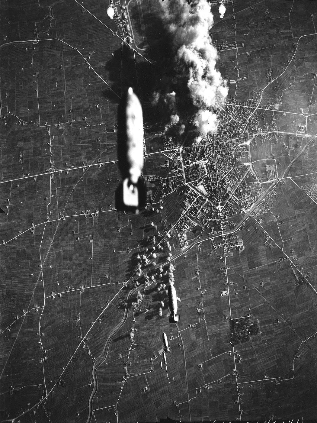 Bombardamento a Reggio Emillia - CARICO DI 12 BOMBE SGANCIATO DALL'AEREO B-17 (FLYING FORTRESS) N. 818 DEL 99° GRUPPO BOMBARDIERI USAAF SGANCIATO VERSO LA PERIFERIA NORD DI REGGIO EMILIA, ORE 13.36 FOTOTECA ISTORECO, FONTE ARCHIVI NARA-USA, 8 GENNAIO 1944