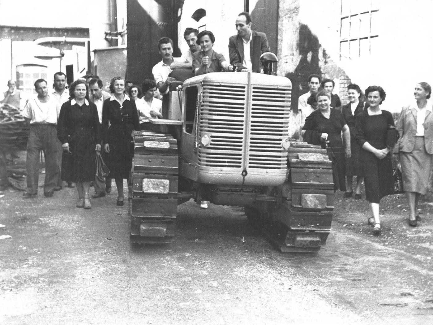 SFILATA DEL TRATTORE R60 GIACOMINA CASTAGNETTI ALLA GUIDA ALL'INTERNO DELLO STABILIMENTO DELLE OFFICINE MECCANICHE REGGIANE FOTOTECA ISTORECO, REGGIO EMILIA 1951