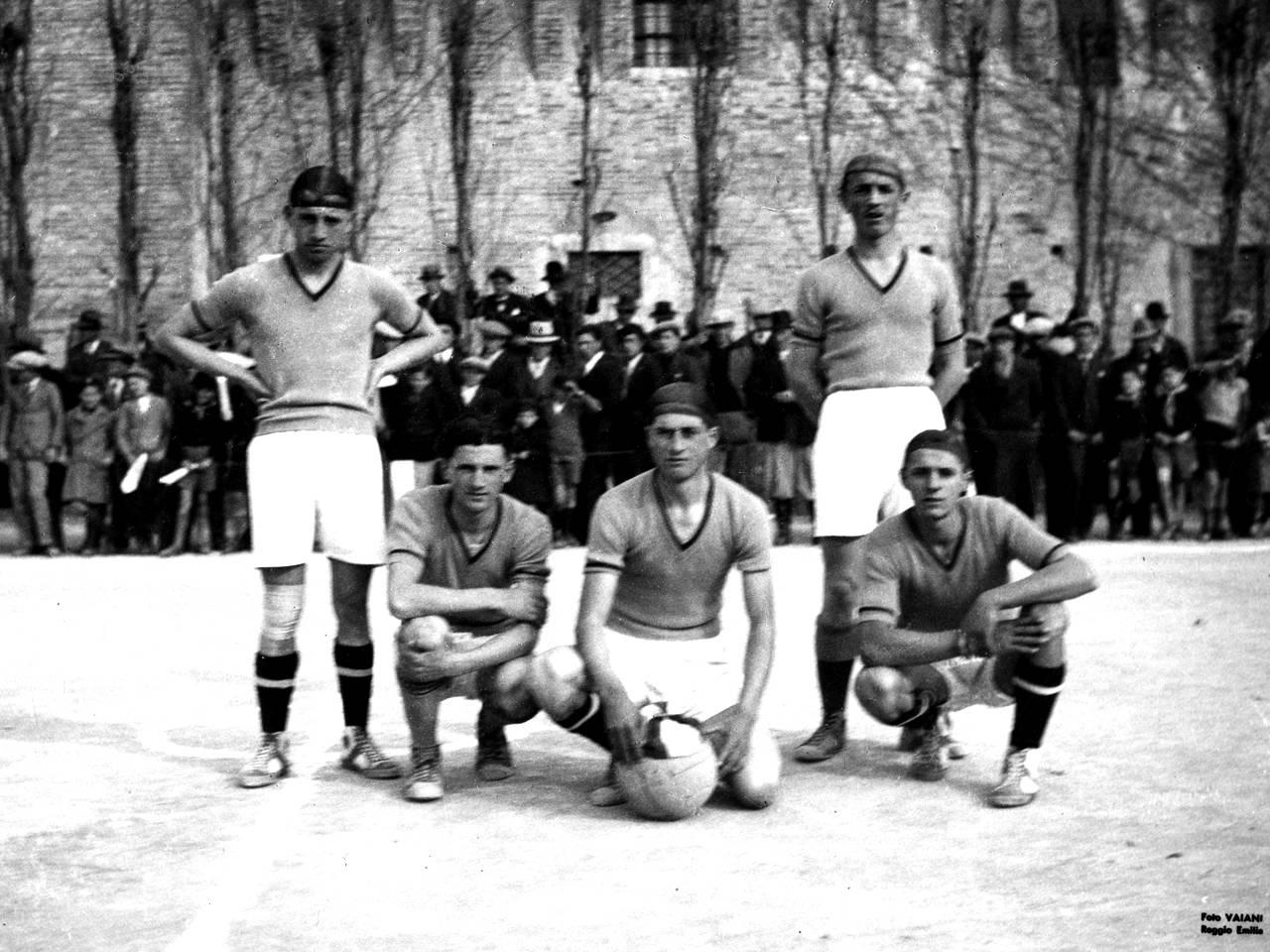 Atleti in posa alla Palestra Camparini a Reggio Emilia