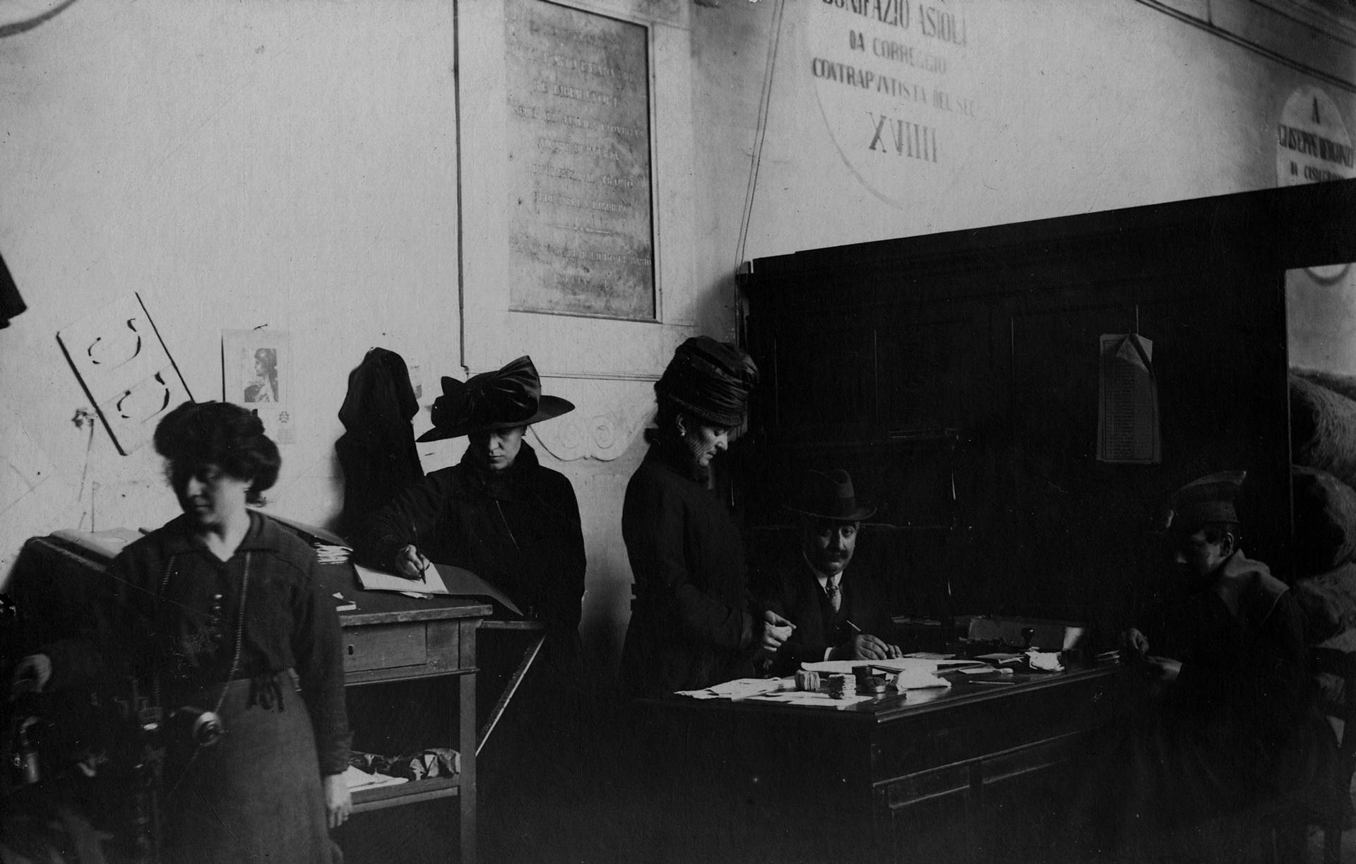 comitato femminile: APPROVVIGIONAMENTO SPACCIO SPALLANZANI, PALAZZO SAN GIORGIO FOTOTECA BIBLIOTECA PANIZZI, FOTO ROBERTO SEVARDI - REGGIO EMILIA 1919