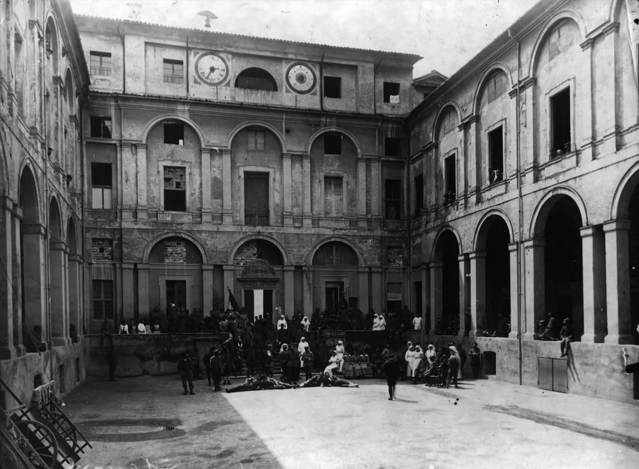"""Reggio Emilia: cortile ospedale psichiatrico militare e ospedale di guerra """"santa caterina"""", 1916"""