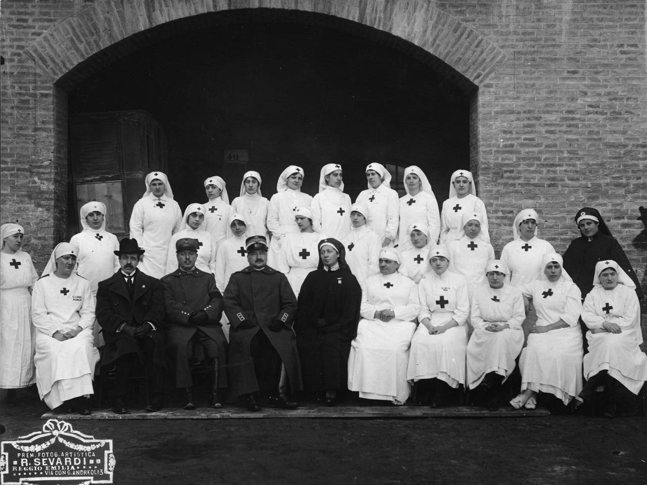 Medici e dame del comitato femminile di assistenza civile all'ospedale psichiatrico militare