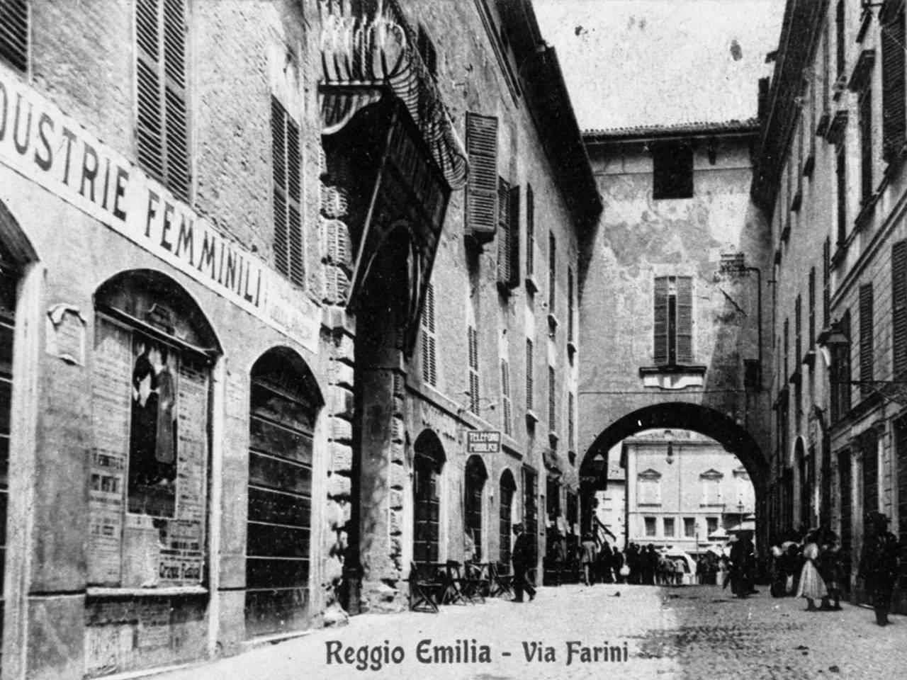 industrie femminili in via farini a Reggio Emilia