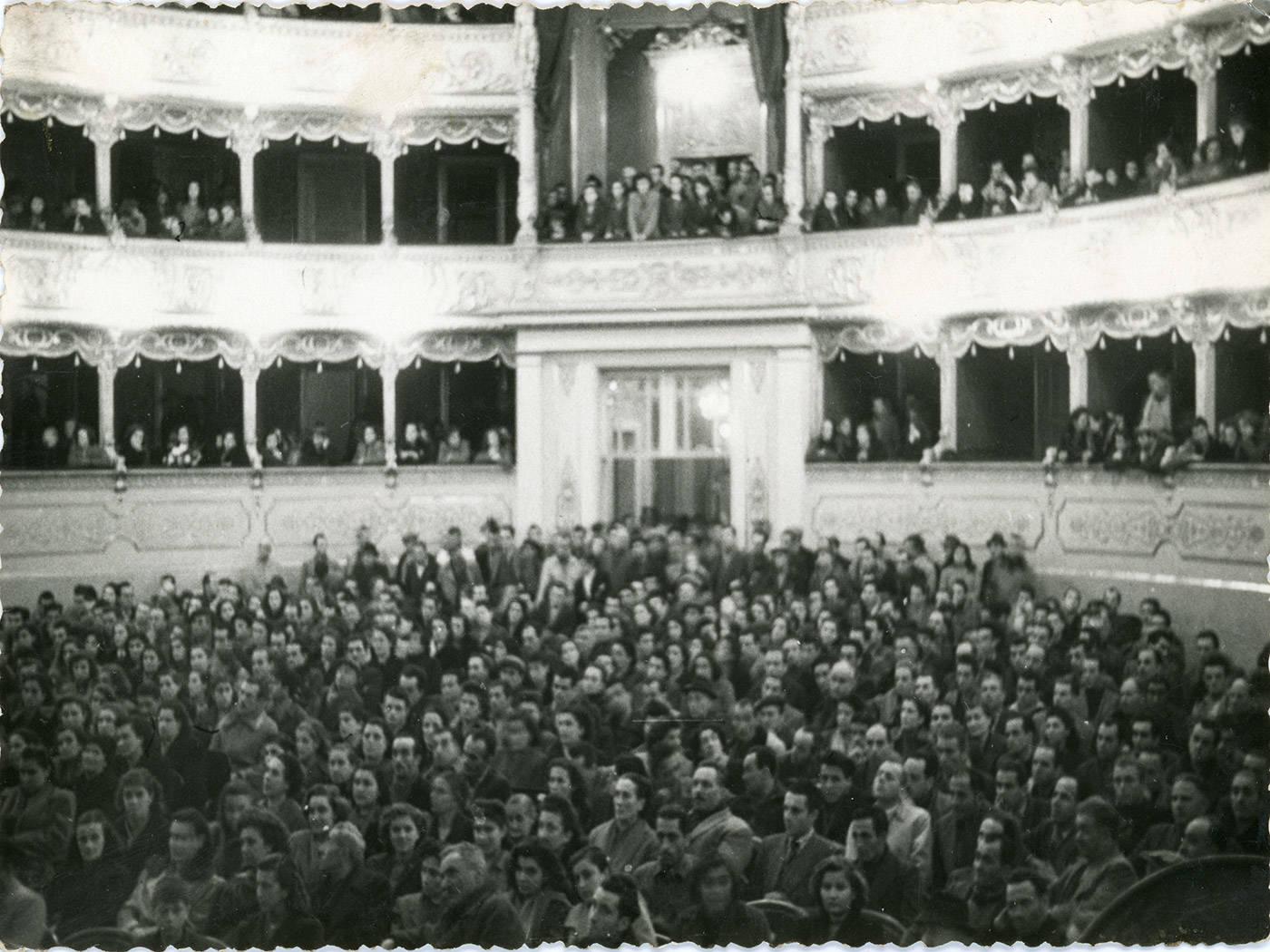 MANIFESTAZIONE POLITICA NELLA SALA DEL TEATRO MUNICIPALE ROMOLO VALLI DI REGGIO EMILIA - FOTOTECA BIBLIOTECA PANIZZI, REGGIO EMILIA 1955 CA.