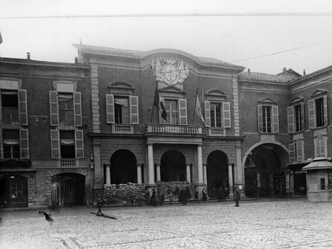 Portici del municipio con i sacchi di sabbia per la difesa antiaerea fototeca biblioteca panizzi, foto roberto sevardi - reggio emilia 1918