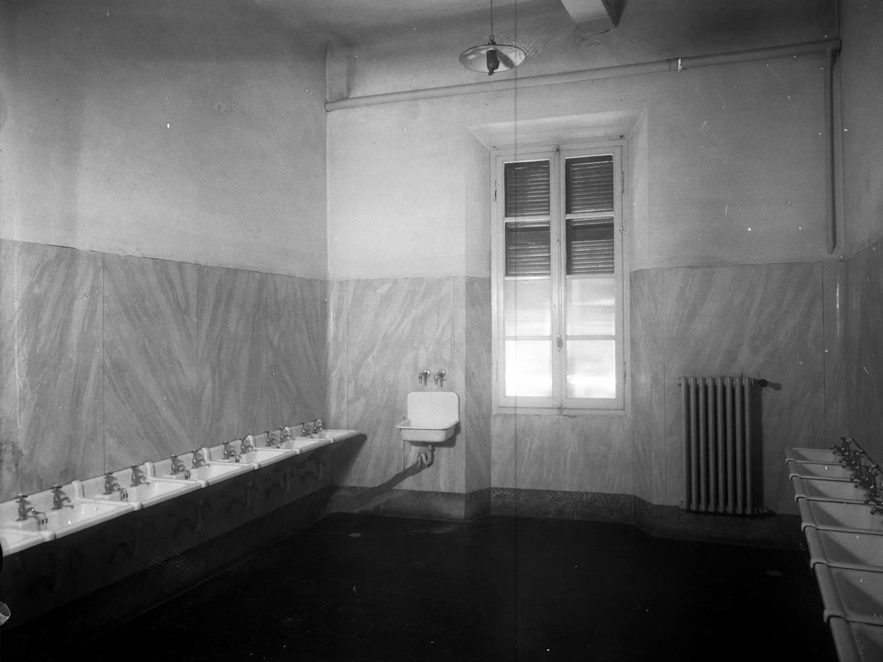 """Lavatoi -interni ospedale di guerra """"santa caterina"""", palazzo della prefettura"""