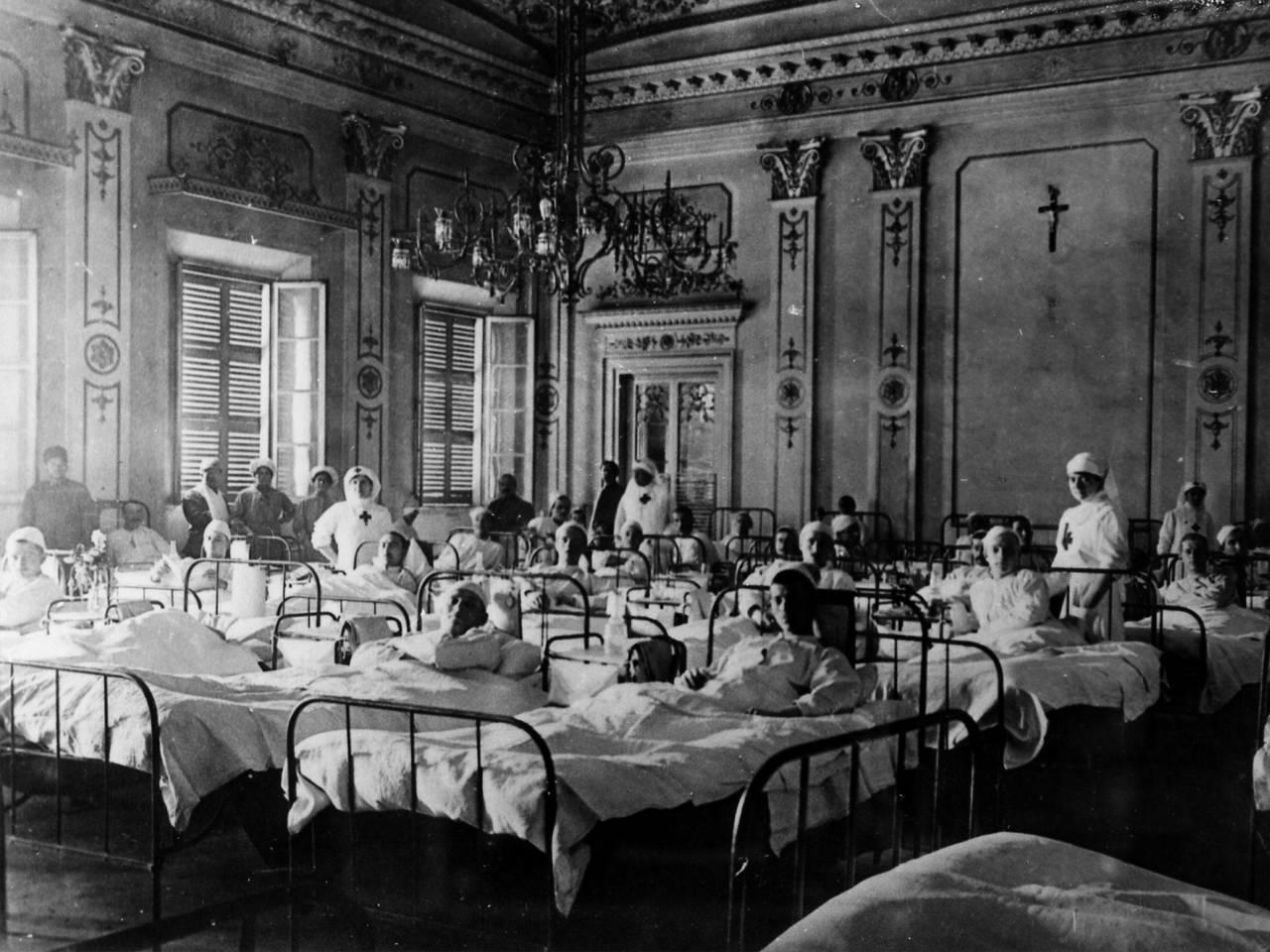 ospedale all'interno del teatro municipale Romolo Valli, degenti e crocerossine fototeca biblioteca panizzi, fondo ivano burani - reggio emilia 1918