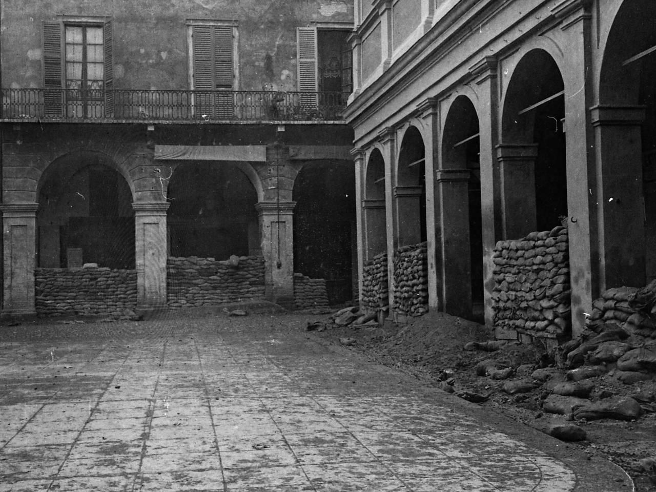 piazza san prospero con i sacchi di sabbia per la difesa antiaerea fototeca biblioteca panizzi, foto roberto sevardi - reggio emilia 1918