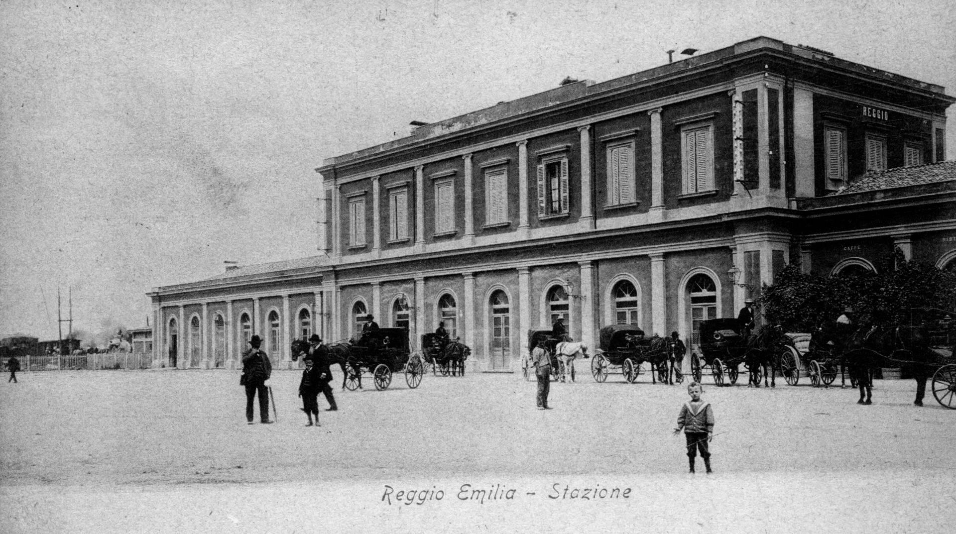 carrozze e cavalli alla stazione ferroviaria fototeca biblioteca panizzi, cartolina - reggio emilia 1905 ca.