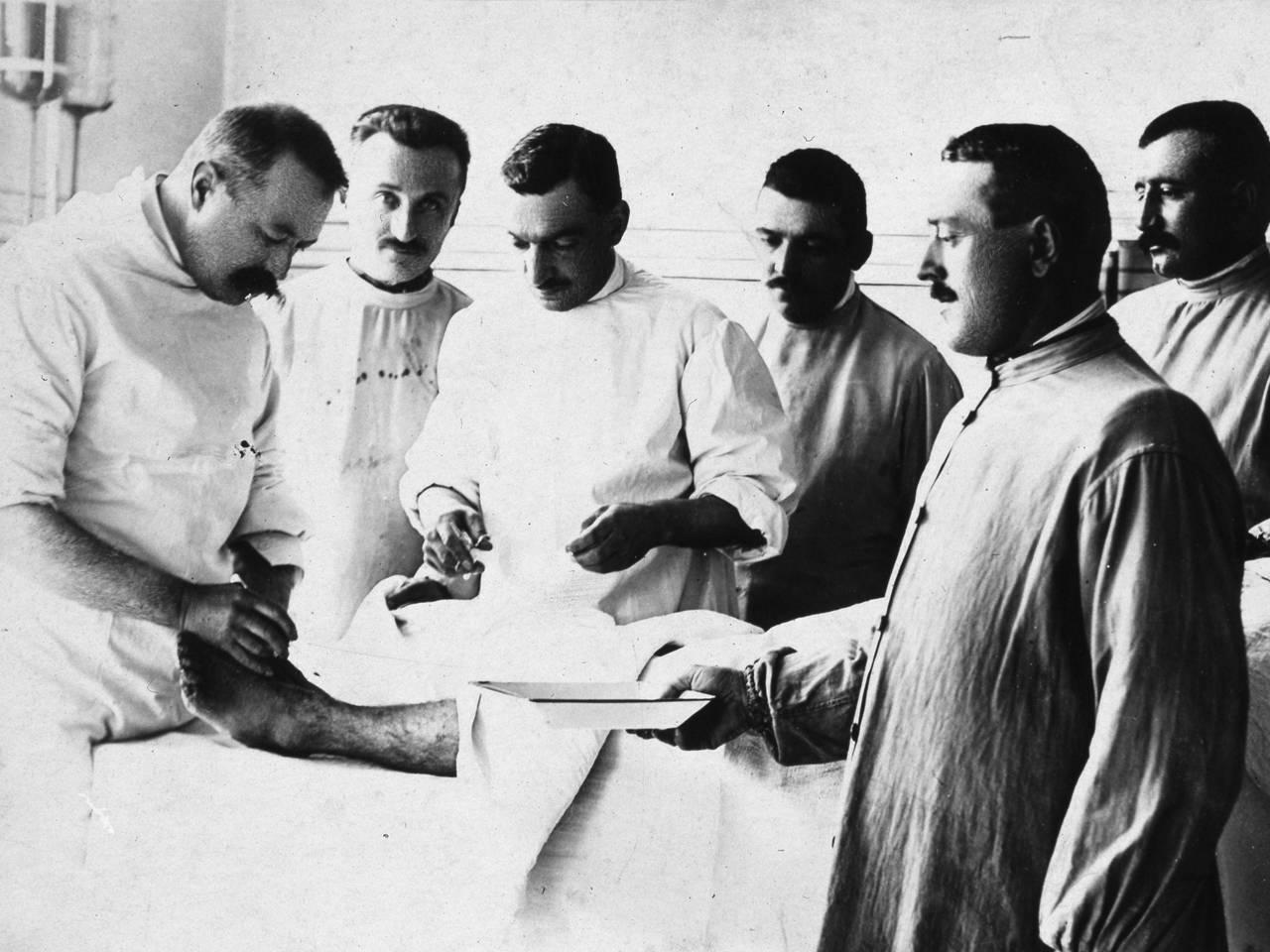 """interni ospedale di guerra """"santa caterina"""", palazzo della prefettura - intervento del medico giovanni morini fototeca biblioteca panizzi - reggio emilia 1917 ca."""