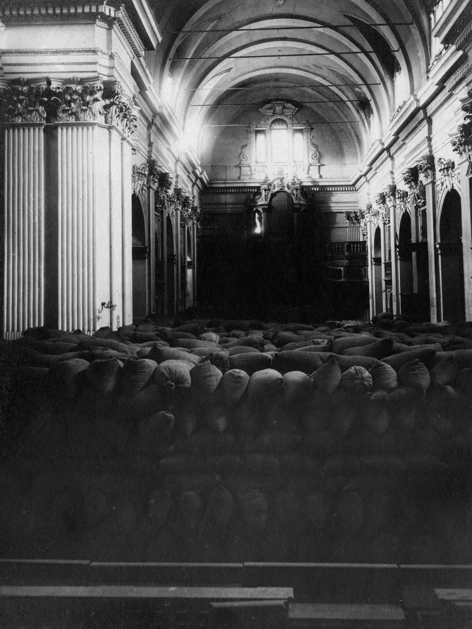 interno della chiesa di san giorgio in via farini con ammassati i sacchi di grano