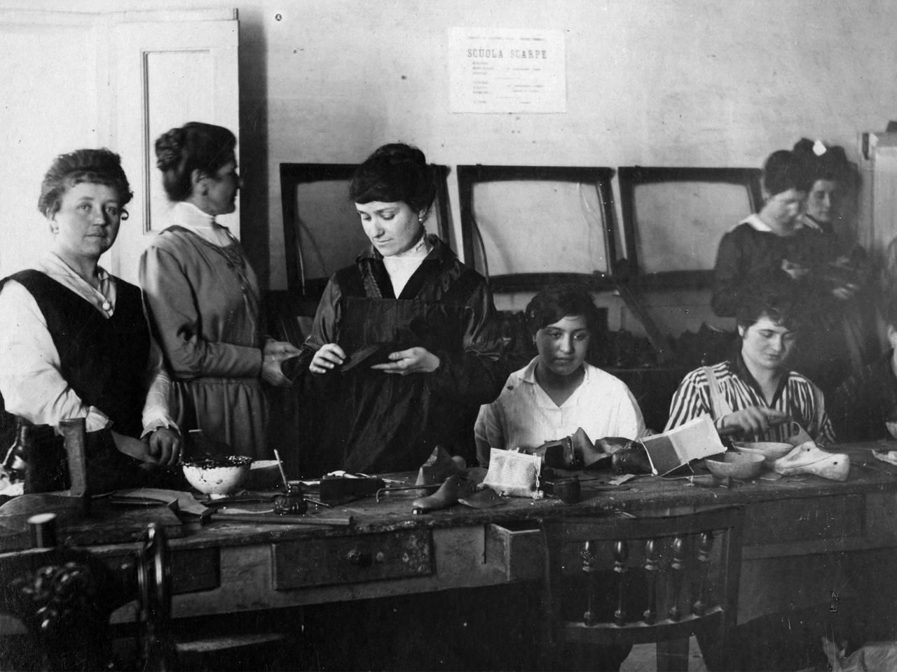 CALZOLAIE DEL COMITATO CIVILE IN VIA San Pietro MARTIRE FOTOTECA BIBLIOTECA PANIZZI, FOTO ROBERTO SEVARDI - REGGIO EMILIA 1917