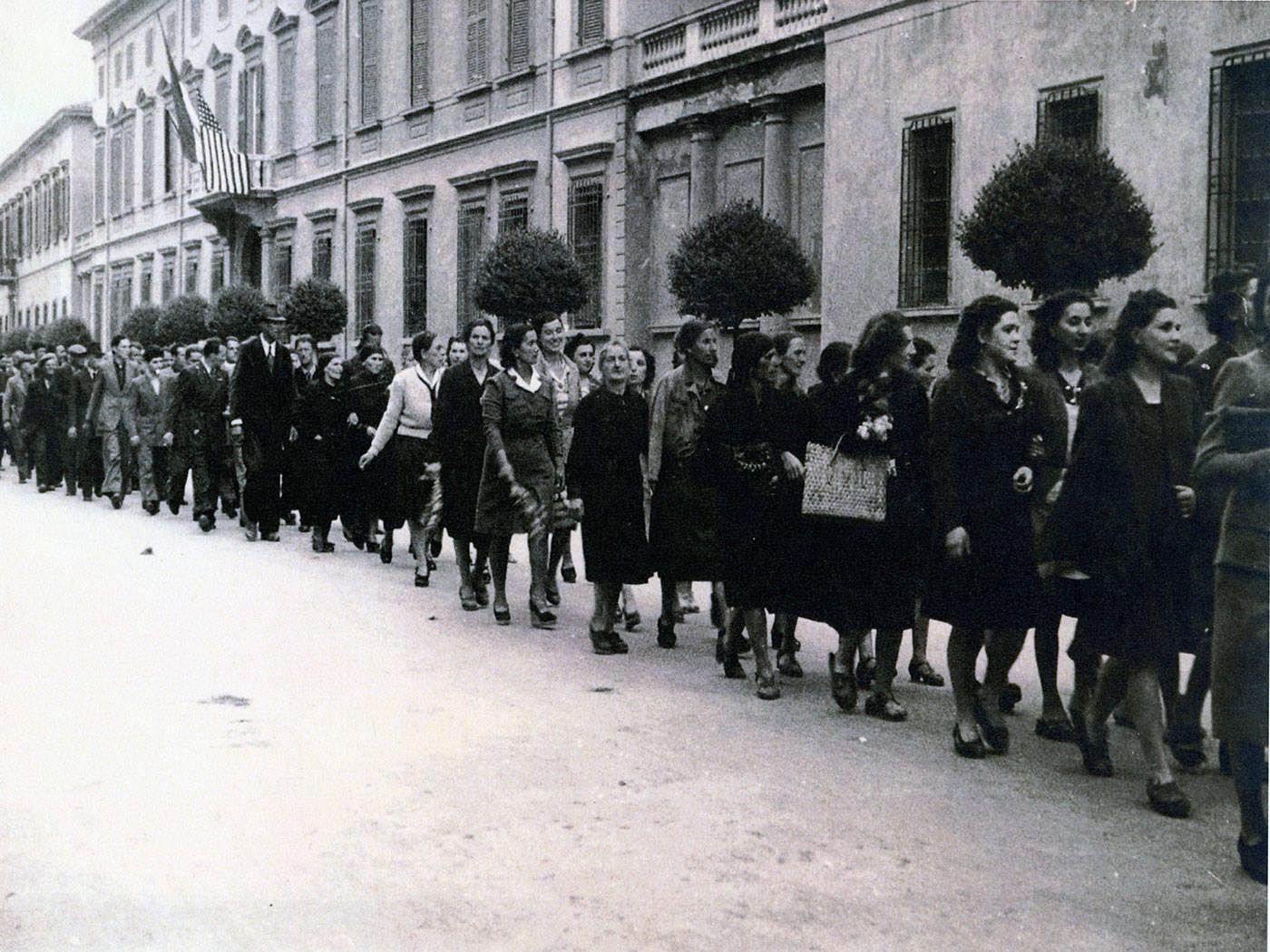 CORSO GARIBALDI, SFILATA DONNE DAVANTI ALLA PREFETTURA CON ESPOSTA BANDIERA AMERICANA FOTOTECA ISTORECO, REGGIO EMILIA 3 MAGGIO 1945