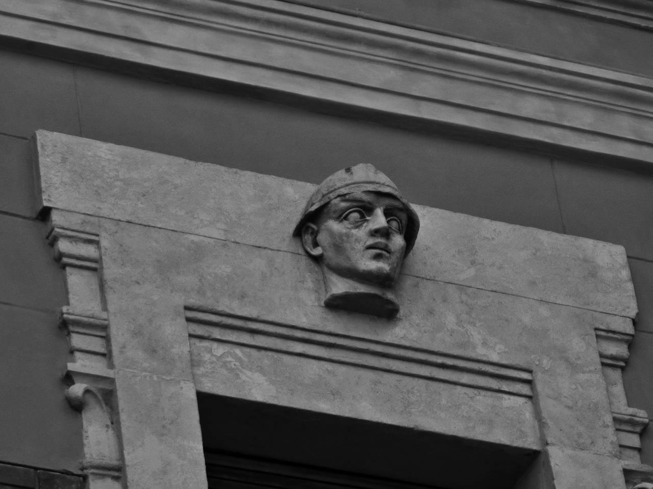soldato scolpito - dettaglio Casa del Mutilato