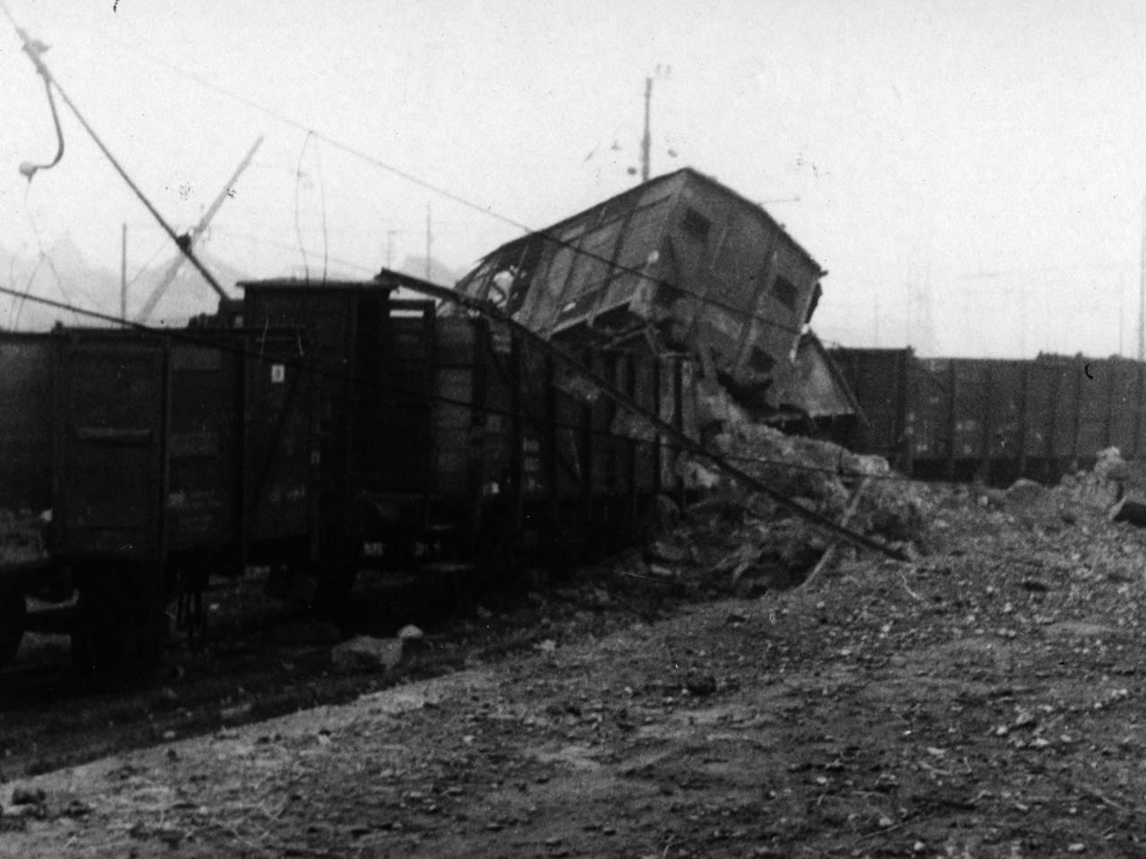 stazione bombardata vagoni