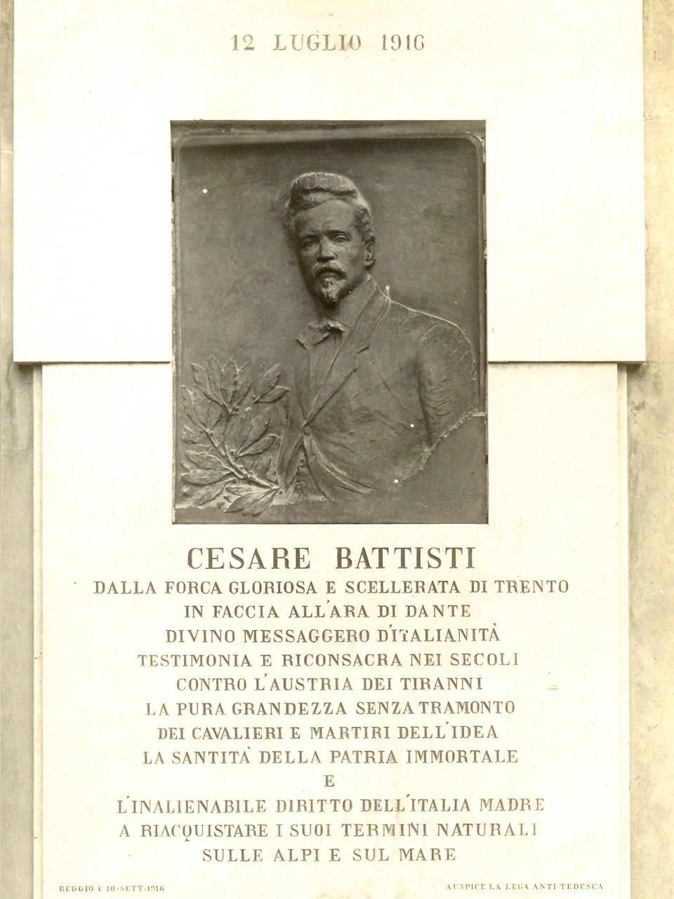 targa cesare battisti: Nel 1916 la piazza viene intitolata a Cesare Battisti, socialista irredentista trentino, che ha avuto con Reggio un legame particolare.