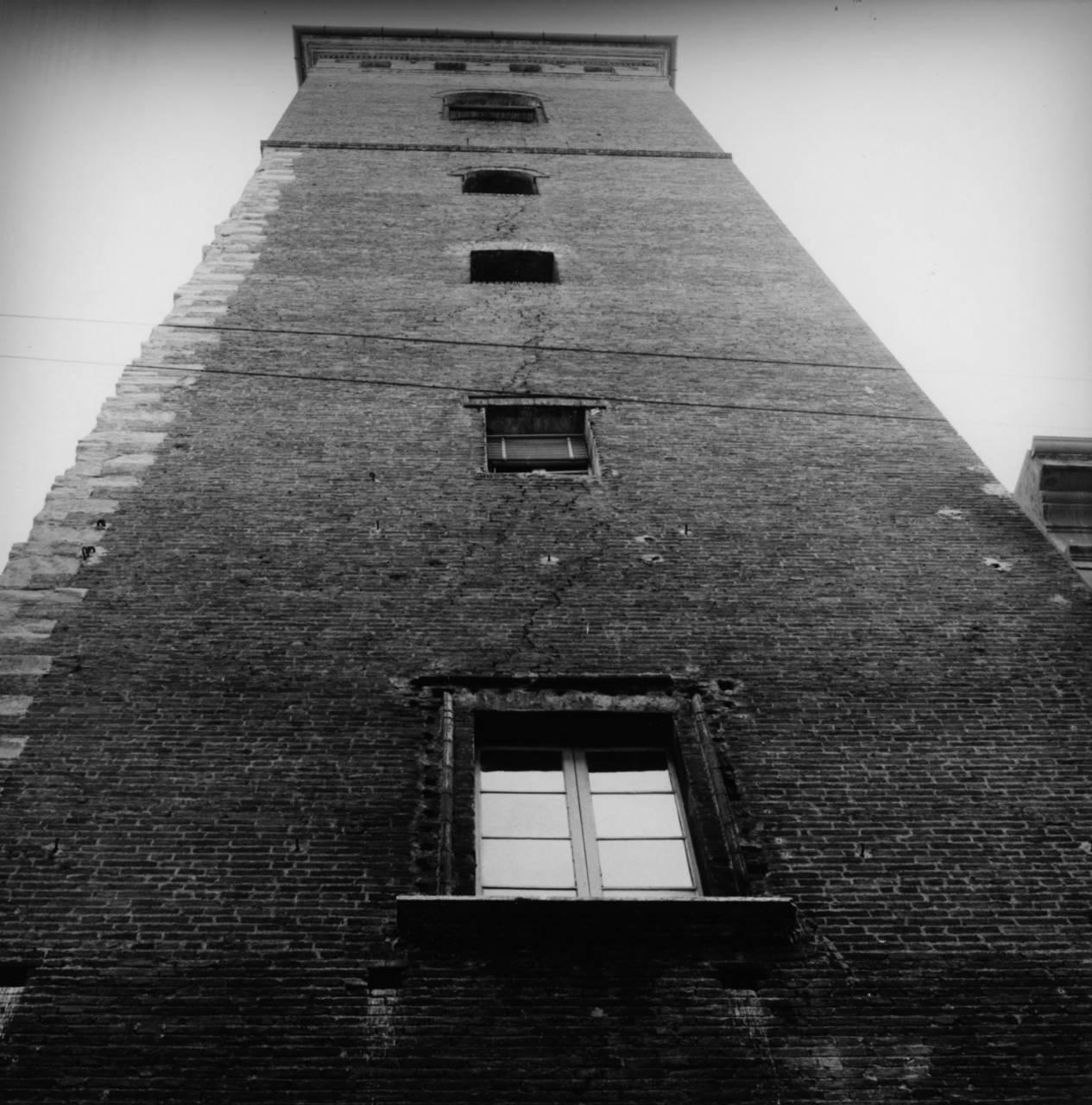 torre del bordello da via p. toschi fototeca biblioteca panizzi, fondo ivano burani - reggio emilia 1972